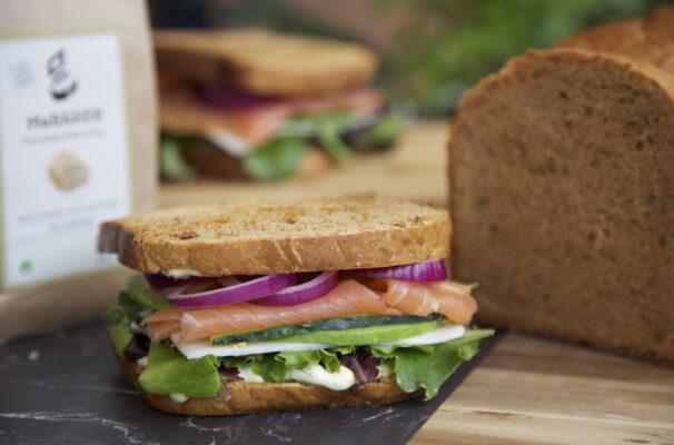 sandwich de salmon y creman de eneldo con pan de espelta