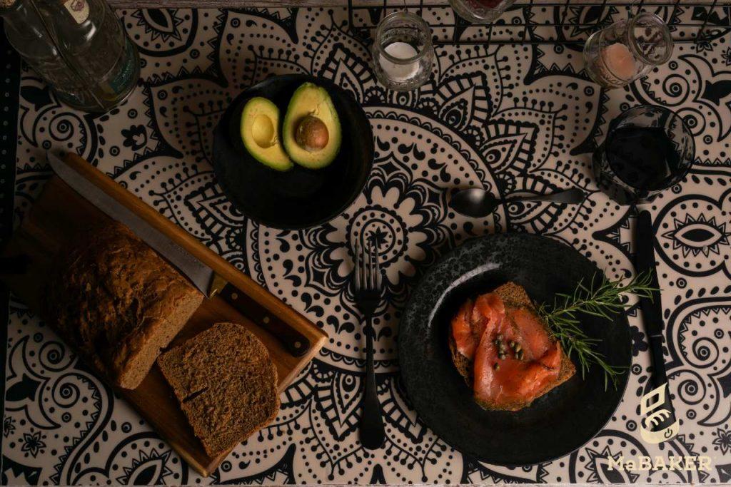cena_saludable_pan_negro