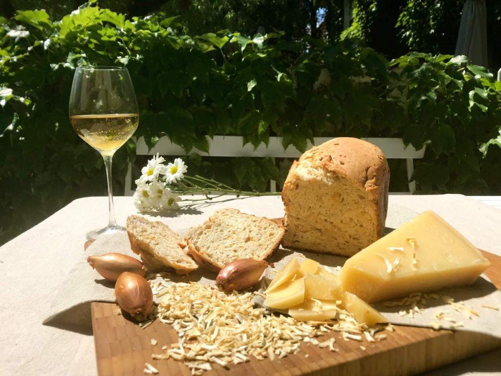 Pan country white con parmesano, cebolla y vino blanco
